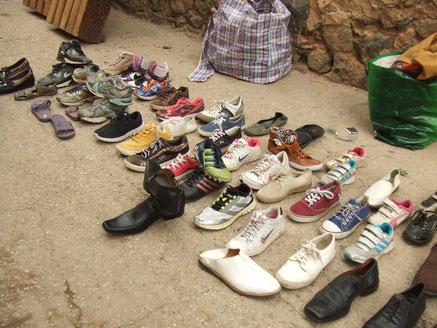 貧しい地域では、通りに商品を並べて売ってます。商品は中古品、商品の靴もそろった柄を探すのが大変です。古いテレビのリモコンや古いタイプの携帯電話が売ってます。