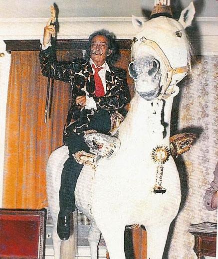 Белый конь Сальвадора Дали