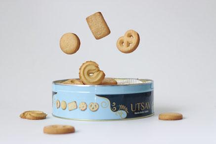 桜の小枝。紅茶の入った桜色のカップ&ソーサ。花型のお皿に添えられたクッキーと桜の花。