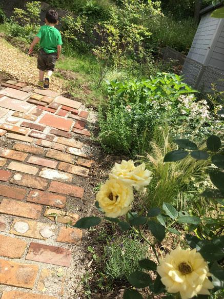 デザイナーさん宅のお庭~レンガの道を少しづつ作っているそうです。