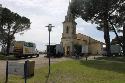 Préparatifs au tournage d'une scène de baptême dans l'église Saint-Eloi, à proximité du port ostréicole d'Andernos-les-Bains. Photo LTdB