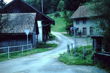 Noch kein ö.V.  im Oberdorf: Die Postautos fuhren nur bis zum Dorfplatz. (Foto chb, um 1981)