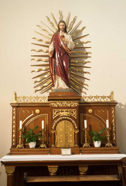 Auch der Herz-Jesu-Altar ist einem Spender zu verdanken.