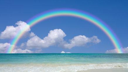 境目がぼやけた虹の写真。