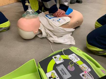 Die richtige Anwendung eines Defibrillators kann man in Kursen lernen. Bild: zvg