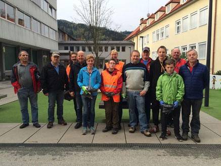 Am Bild: Obmann Reinhold Pirker mit den fleißigen Helfern. (Foto: Privat)