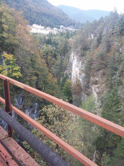 Blick von der 69 m hohen Brücke in die Slizza-Schlucht