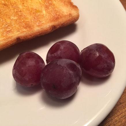 """毎朝果物を食べるようになって気づいたことが!今の果物は""""甘い""""んやと、。 それに気づき甘さが違和感に変わってきたものの、、やっぱうまいわ♪w"""