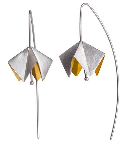 Die Ohrhänger CALOTTA sehen aus wie gefaltete Blüten aus Silber und Gold. Sie sind federleicht und beim ragen nicht zu spüren