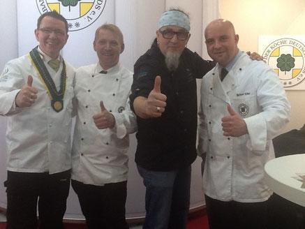 Daumen hoch. Wir rocken die Küche... :-) v.l.n.r.: Andreas Buß, Nico Groth, Stefan Marquard und Michael Kollwitz