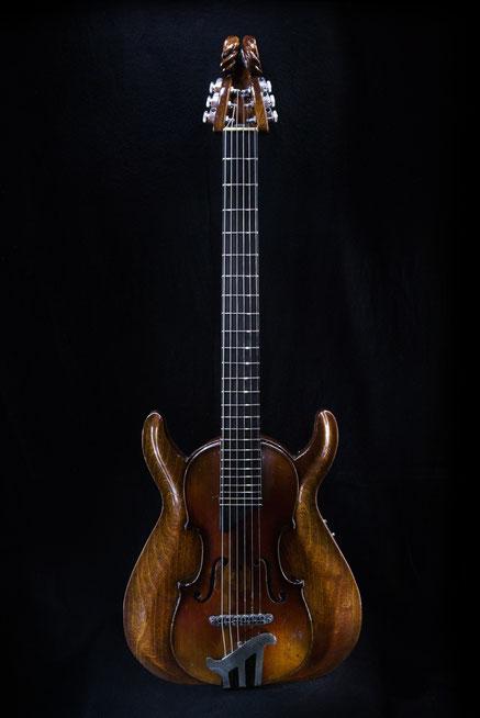 David Bergmann custom vintage Berlin Luthier steampunk dieselpunk tiefgezogenes Acrylglas stradivari David Bergmann gitarre edel unikat mahagoni schnitzerei widderkopf Acrylglas shadow nanomag