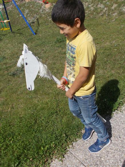 Comment fabriquer un cheval de bois : un autre cheval de bois fait maison, avec une tête taillée en forme de tête de cheval.
