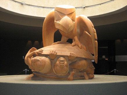 Skulptur von Bill Reid: Schöpfungsgeschichte der Haida, in der der Rabe Menschen in einer Muschel findet (Foto: Joe Goldberg)