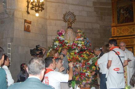 Ofrenda de Flores a la Virgen del Pilar en la Iglesia de San Pedro.