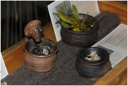 Schautischchen mit Beschreibungen der Kräuter und Räucherschalen