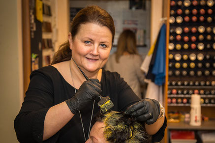 Salon-Haar_Frisurenbild-Farbe-auftragen