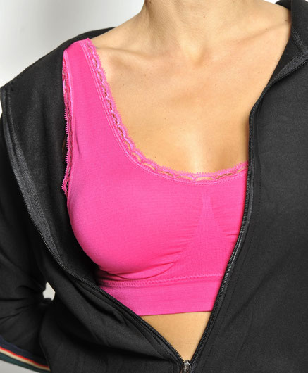 Vrouw in roze sportbh met vestje