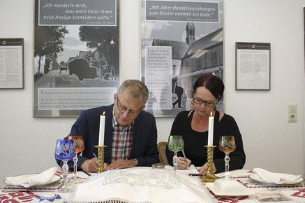Kooperation vertiefen: Dr. Harald Hoppe und Stephanie Bachmann bei der Unterzeichnung der Vereinbarung.