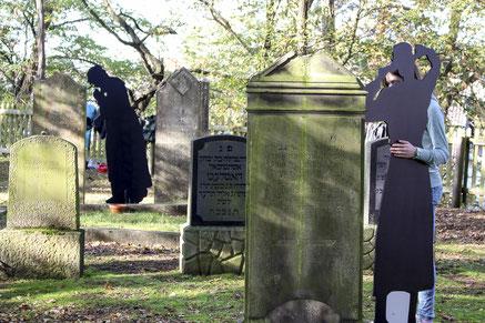 Beziehungsarbeit: Die Schattenrisse der Juden Rehburgs haben die Jugendlichen zum jüdischen Friedhof getragen.