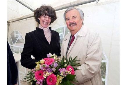 Die Vorsitzende des Vereins für Heimatpflege Auetal, Britta Springmann, dankte ihrem Vorgänger, Jörg Landmann, mit einem bunten Blumenstrauß für mehr als 30 Jahre Vorstandsarbeit. Foto: la