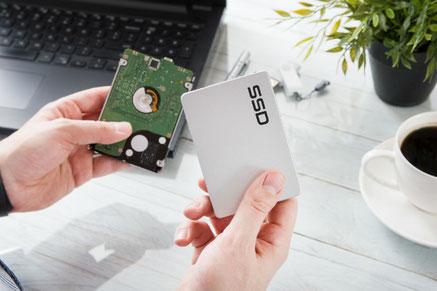 Vergleich einer SSD und einer HDD Festplatte