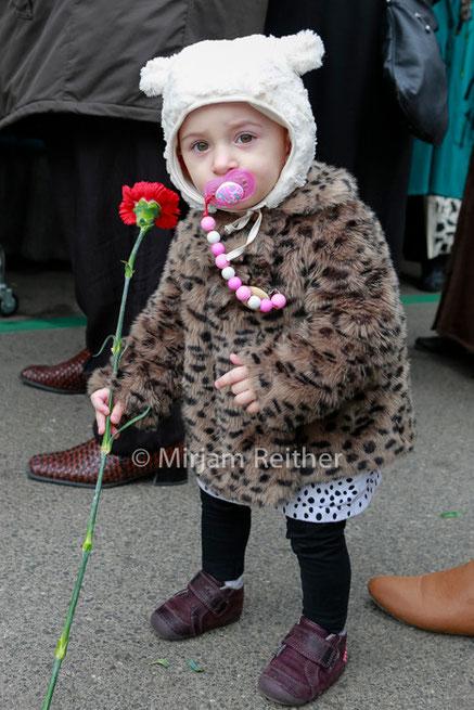 Kleines Mädchen mit roter Nelke