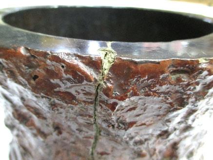 水指の外側 小刀で傷を掘る