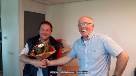 De bloemen voor de 1e prijs gaan dit weekend naar Henk Smit van de Combinatie Smit-Mulder