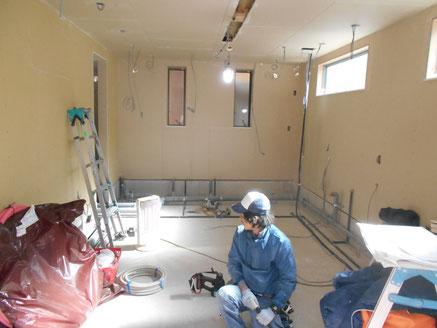 設備(電気、給排水)配管工事中です。