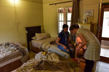 Drei Betten und ein Kühlschrank im Raum in Shingwedzi...