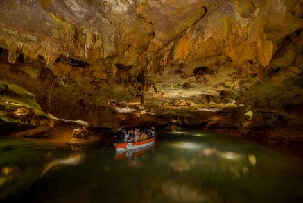 Höhle Flussfahrt Boot Stalagmit Stalaktit Mystik