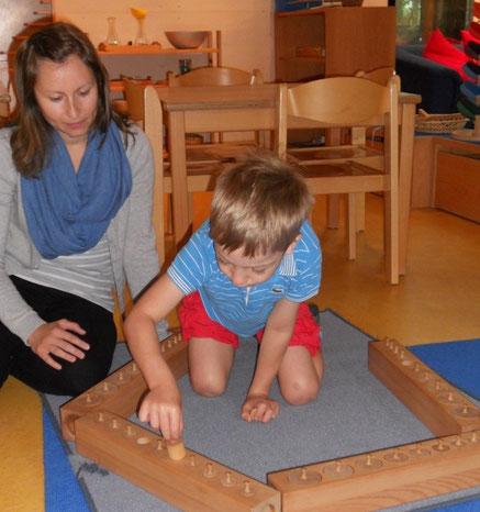 Pädagogin Elisabeth gibt Marcus bei Bedarf Hilfestellung.