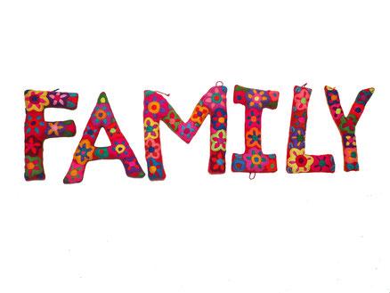 Geschenkidee Muttertag, Family Zimmerdeko, Sprüche Wanddeko, Slogan, Zitate, Schriftzug für Zimmer, Zimmerdeko, mexikanische Handarbeit Zimmerdeko, Kamindeko, bestickte Buchstaben