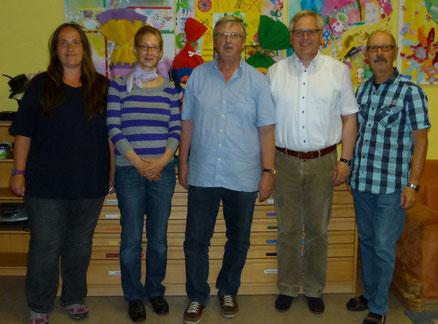 Auf dem Foto von links: Melanie Eisert (Schriftführerin), Simone Prell-Kaatz (2. Vorsitzende), Martin Rosenberger (1. Vorsitzender), Pfarrer Dr. Krzysztof Sierpien, Peter Kobert (Kassier)