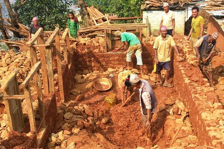 © ng  Wiederaufbau in traditioneller Bauweise mit Steine und Lehm