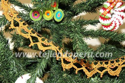 Guirnaldas de Navidad tejidas a crochet en base a una cadena de metal