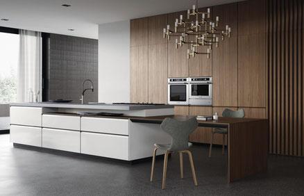 Cucina lineare con isola, ante con gola, materiali innovativi e moderni