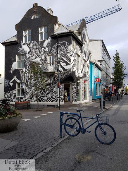 Haus mit Streetart auf der Laugavegur in Reykjavik