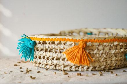corbeille, pain, fruits, pompons, orange, vert, turquoise, osier, grande, ronde, berbère, handmade, made in france, déco