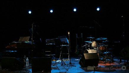 Tous les instruments attendent les musiciens de Fada. Salle culturelle de Cénac, Festival JAZZ360 2010, vendredi 14 mai 2010.
