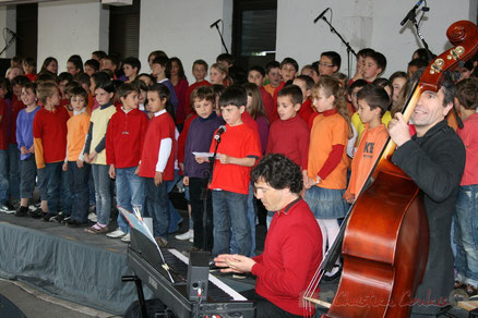 Serge Moulinier et Christophe Jodet accompagnent la Chorale jazz des écoles de la C.D.C. des Portes-de l'Entre-Deux-Mers. Festival JAZZ360 2010