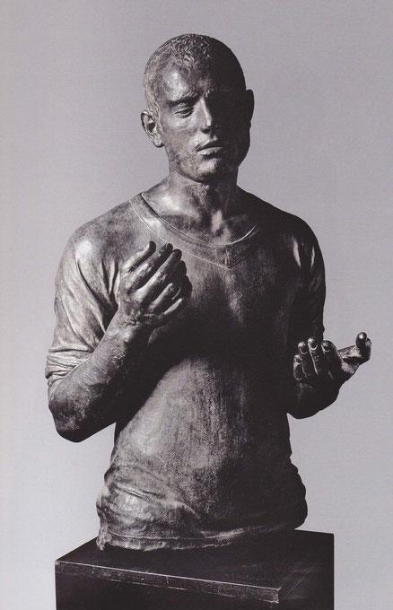 Julio López.Jacobo I, 1974.Bronce.80x55x55cm.Colección del artista.Esta figura, nace de una coincidencia que conmovió al autor,el parecido de una fotografía de un palestino y el hermano de un ayudante,hace un gesto de súplica.