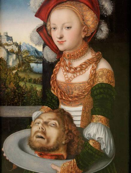 Lucas Cranach interpreta este pasaje del Nuevo Testamento (Mt 14,1-12) ó la sonrisa glacial de Salomé con un pomposo vestido cortesano, llevando la cabeza del Bautista, una escena escalofriante que simboliza el poder de la mujer sobre el hombre.