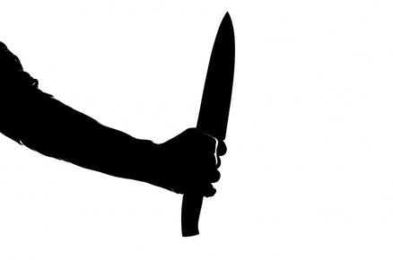 Das Schlachtmesser symbolisiert den von Haman geplanten Pogrom an den Juden. https://www.freudenbotschaft.net/gleichnisse/das-biblische-gleichnis-vom-zum-tumult-gewordenen-zermalmten/