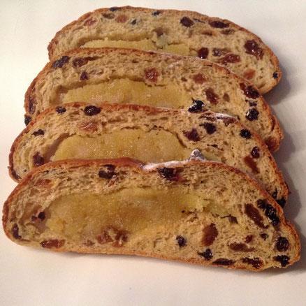 Paasbrood met amandelspijs, krenten, rozijnen, vijgen en hazelnoten.