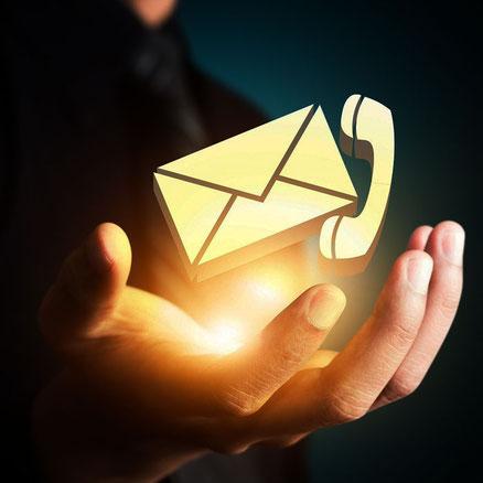 Hand mit Briefumschlag und Telefonhörer