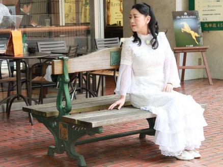 かつてメリーさんが座っていたベンチに佇む女優の五大路子さん(5月公開撮影会)