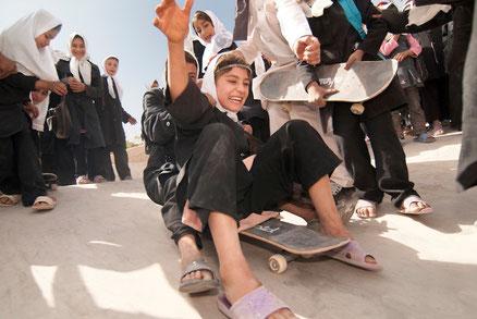 Mädchen/junge Frauen skaten in Afghanistan