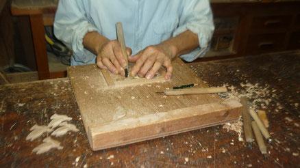 鳩のブローチ手彫り中