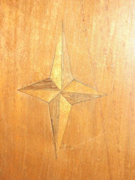 Das NATO-Emblem. Es gab's schon als jener Schrank gezimmert wurde, der es als Dekoration enthält. Aus der Epoche um 1800. Das antike Möbelstück sollte m.E. die NATO ankaufen. Statt Waffen!